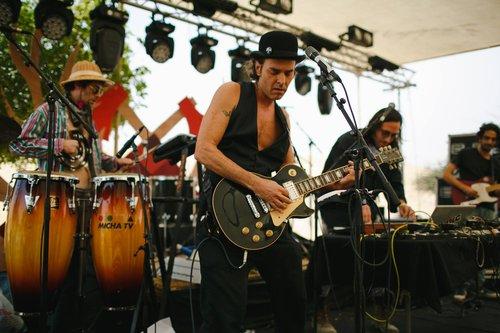 אבראו יחד עם Shame On Us בפסטיבל גרזן. צילום: בן פלחוב